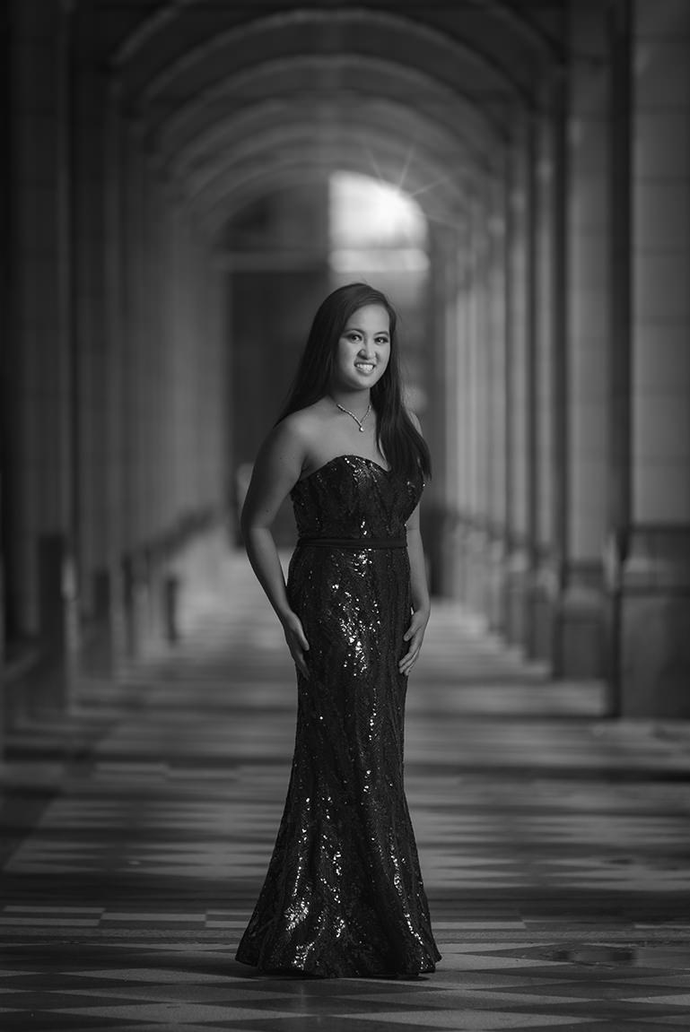 grad photo at the bay arches in black and white